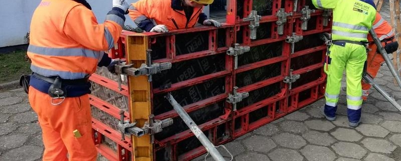 Grupa robotnikow przy konstrukcji
